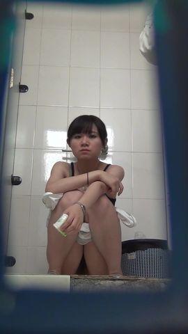 商场厕拍 眼睛大大的妹子脱了半身衣服